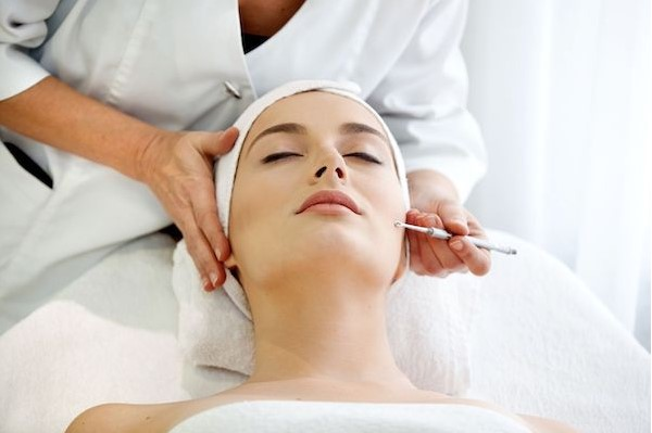 Specialist doing Electrolysis